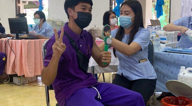 ดีเดย์ นักเรียนโรงเรียนดอกคำใต้วิทยาคม รับวัคซีน Pfizer